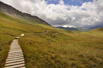 photo montagne alpes randonnée GR5 beaufortain sentier pilotis planches