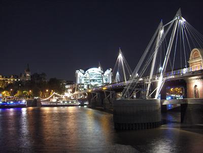 Londres nuit Golden Jubilee Bridge gare de Charing Cross