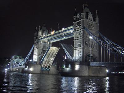 Londres nuit Tower Bridge relevé