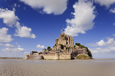 photo france bretagne normandie mont saint michel baie sable maree basse marche marcheurs randonnee randonneurs