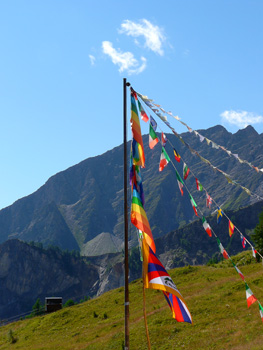 photo montagne alpes randonnée tour du mont blanc tmb kora col chécroui drapeaux