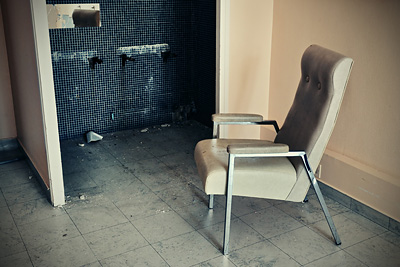 photo urbex sanatorium hôpital hôpitaux chaise abandon abandonne
