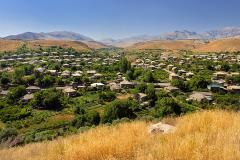 Oasis de verdure au milieu des arides montagnes d'Arménie