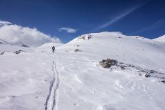 Trace dans la neige ventée et croûtée